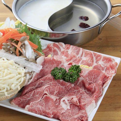 冬季限定、豆乳&鶏ガラスープの二色鍋