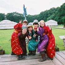 モンゴル民族衣装「デール」を着て