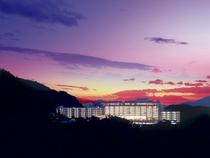 【外観】夕闇に浮かぶ「有馬グランドホテル」