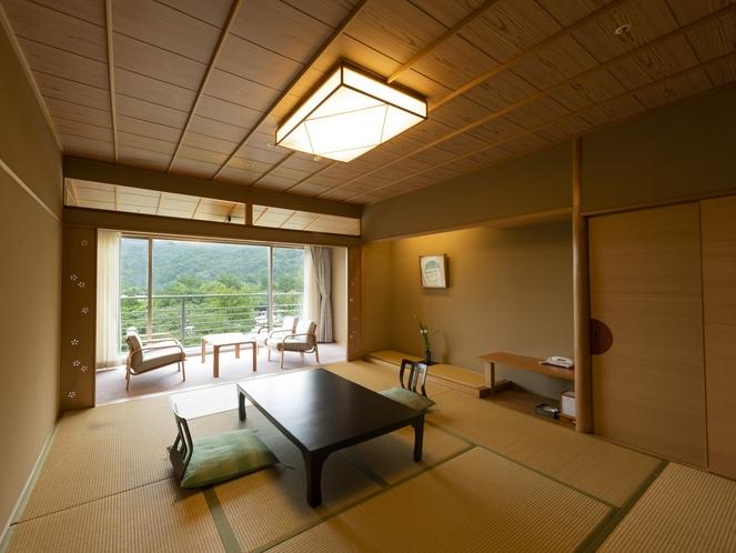 【中央館:和室】温泉情緒を存分に味わえる和室10帖のお部屋でごゆっくりとお過ごしください