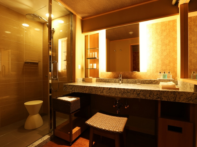 【中央館:和風ツイン】シャワーブースにはレインシャワーを備え付けております