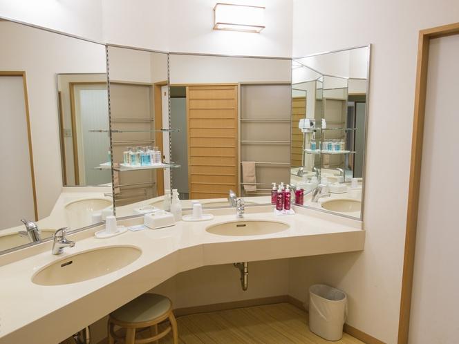 【北館:和洋室】広々した洗面台は2人同時にご利用いただけます
