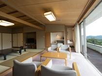 【北館:和洋室】広縁にはソファーセットを配しており、大きな窓からは有馬の山々が一望できます