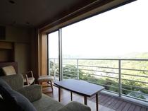 【2017リニューアル:和洋室】和室から段差なくつながる広縁にはソファを配し、緑豊かな眺望に和む事も