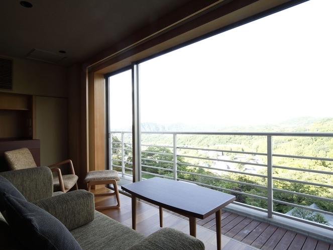 【中央館6-8F:和洋室】和室から段差なくつながる広縁にはソファを配し、緑豊かな眺望に和む事も