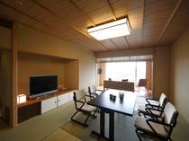 【リニューアル:和洋室】和室には足腰への負担を軽減しお食事も楽にお楽しみいただける高座椅子のテーブル