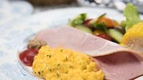 *【ご朝食一例(スクランブルエッグ)】牧場のご朝食は、季節の恵み、八ヶ岳の恵みをご用意しております。