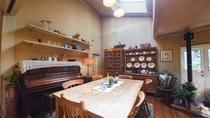 *【館内(ラウンジ)】オーチャードハウスのくつろぎの空間は清里の開拓時代を思わせるカントリー調です。