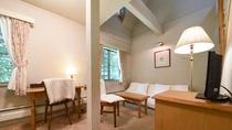 *【客室一例(カントリースイート&ロフト付ファミリー)】お部屋内に階段があるメゾネットのお部屋です。