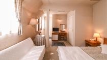 *【客室一例(トリプルルーム)】優しいカントリー調の洋室をご用意しております。