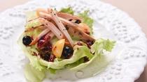 *【ご夕食一例(ブルーベリーサラダ)】和洋折衷・自然のハーベスト料理をご用意いたします。
