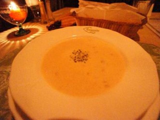 フルコースディナーのとうもろこしのスープ