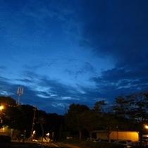 青く染まる空