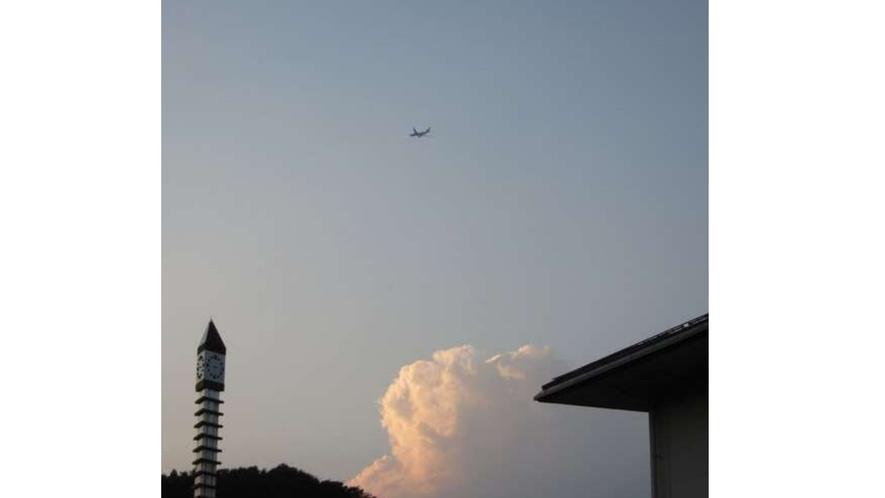 ホテル上空を飛行機が