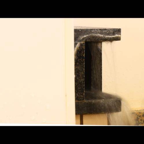 湯口からあふれる飛騨高山温泉
