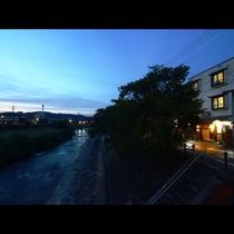 夕暮れの宮川と外観