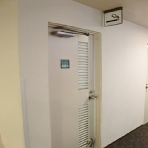 喫煙所は3階エレベーター横通路にございます。