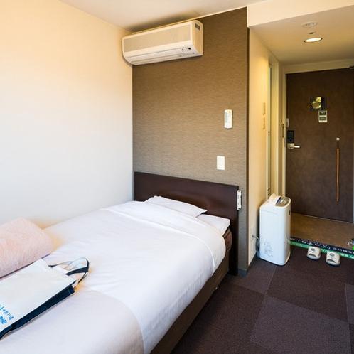 シングルルーム一例 各客室にエアコン設置