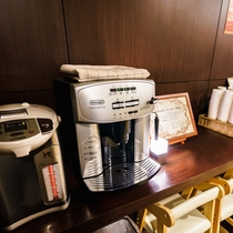 3階フロント奥、ウェルカムコーヒーご用意しております。