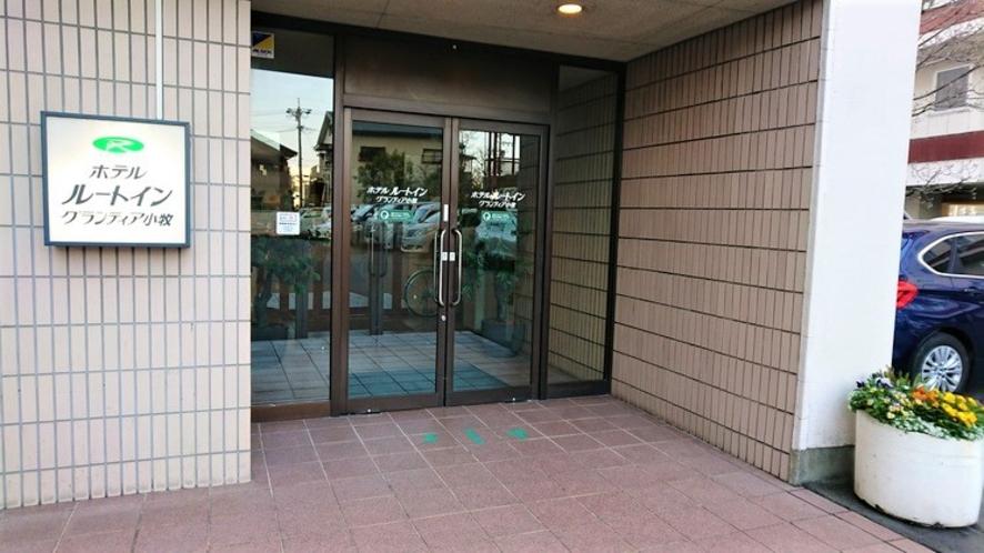 建物奥の駐車場からはこちらの出入口をご利用ください