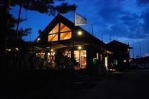 夜のクラブハウス