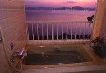 【貸切家族風呂】夕陽の時間帯はこんな素敵な雰囲気♪