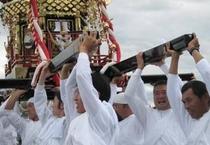 【牛窓祭り】神輿を担ぐ男たち