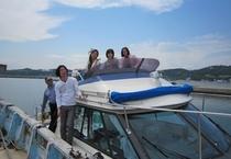 【仲間と旅行】海をバックに一枚