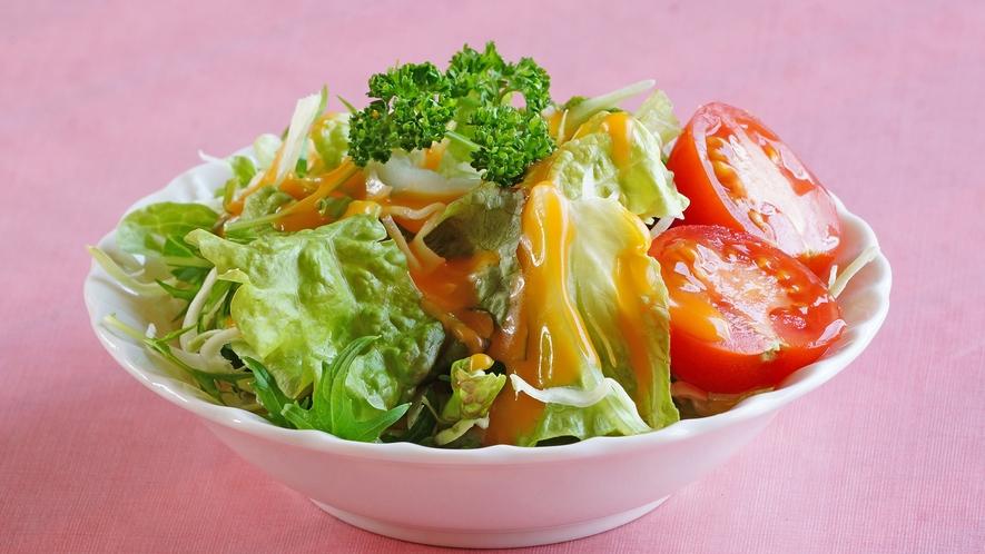 島の野菜をたっぷり使ったサラダ