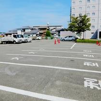 【平面駐車場】広々とした駐車場は、「屋外にあり」「高さ制限なし」「大型車OK」!