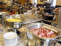 ■朝食:ベーコンやソーセージなど洋食定番メニューもたっぷりとご用意。