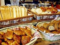 ■朝食:天然酵母のこだわりパンは6種類。オーブントースターで軽く温めると更においしさアップ