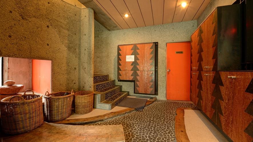 *館内一例_メイン・本館の玄関。靴を脱いで2階へお上がりください。