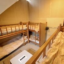 *客室一例_スキーヤーズ/メイン(本館)屋根裏風の二段ベッドのお部屋
