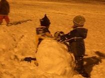 ナイターの光の中でも雪遊び