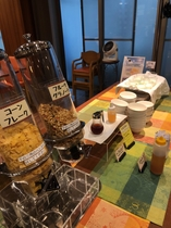シリアルは2種類 フルーツグラノーラに自社製ヨーグルトをかければ 栄養満点!