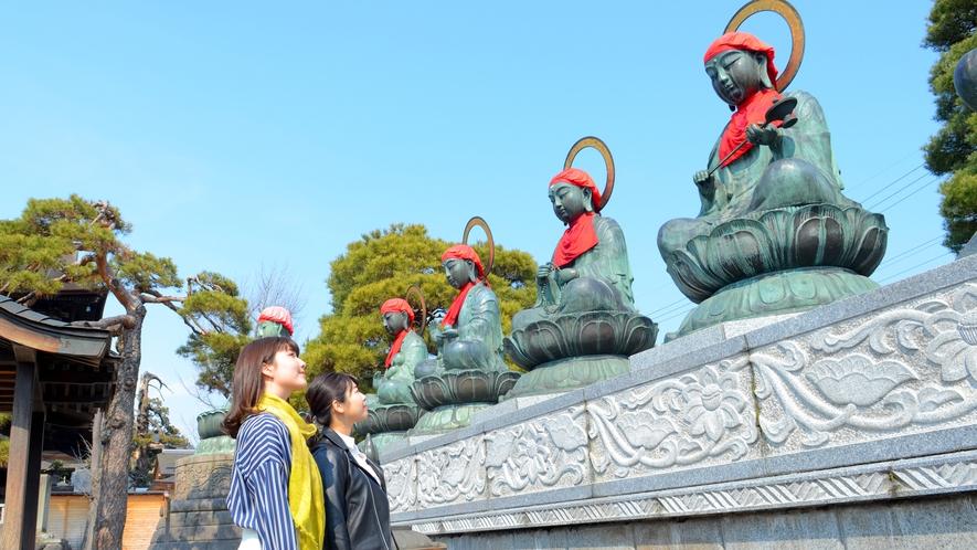 善光寺境内の六地蔵さま。お寺の象徴的な存在です。