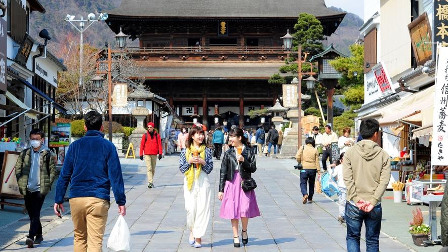 長野に来たらここでしょ♪国宝・善光寺!奥に見える山門には有料で登ることもできます!