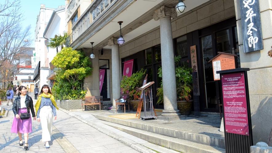 善光寺大門前には、歴史ある瀟洒な建物が並びます。門前町・長野を代表する街並み♪