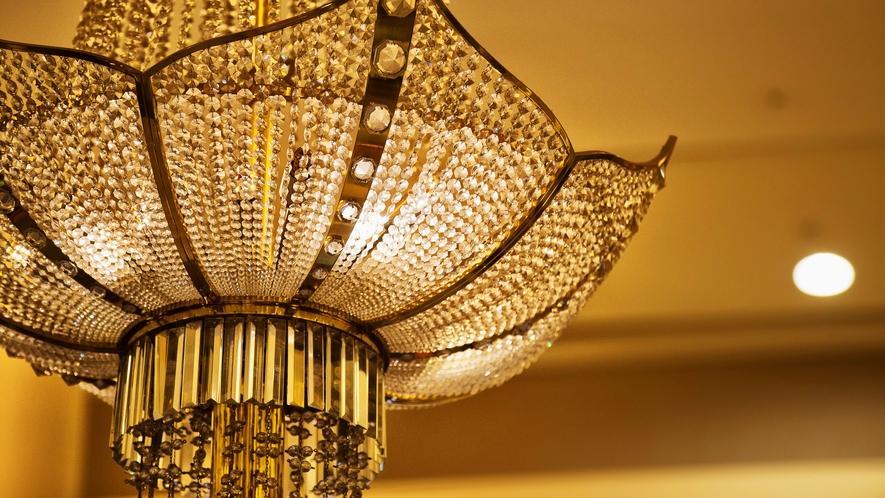 フロントを飾る当館の名物・ロブマイヤー製のシャンデリア