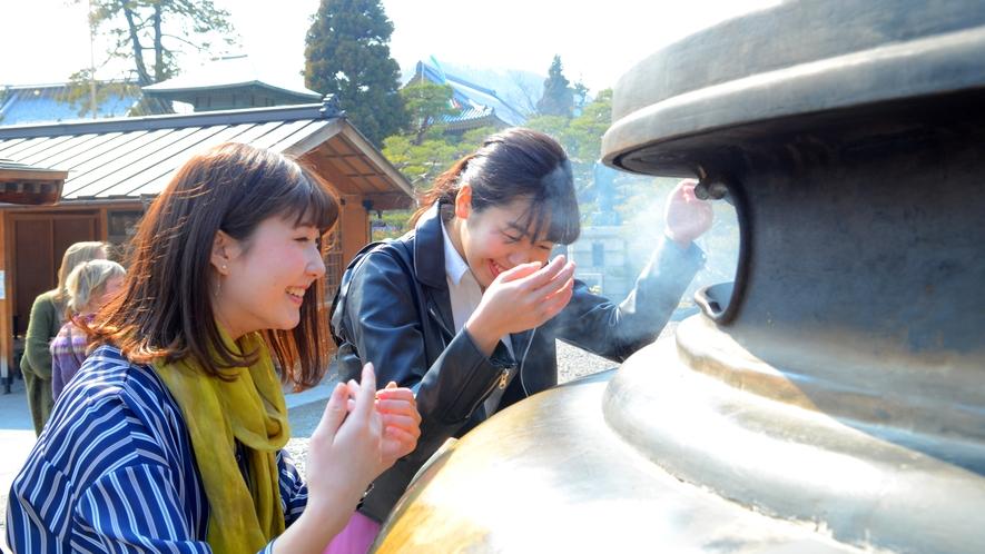 善光寺の有名な「常香炉(じょうこうろ)」身体にいっぱい浴びましょう!