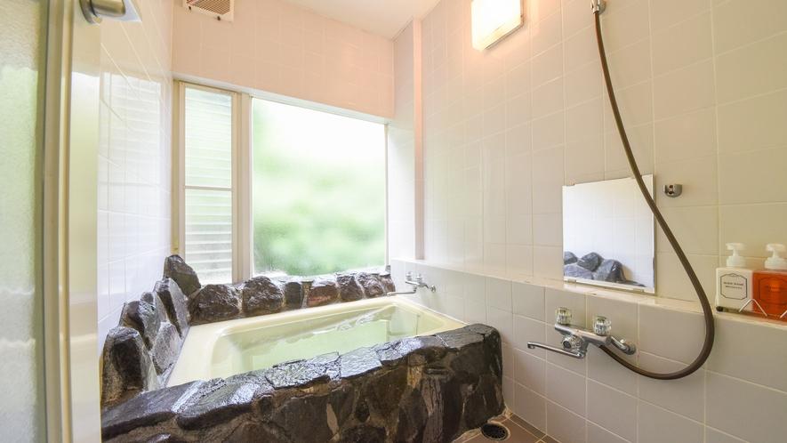 *【内風呂】珍しい岩風呂でゆっくりバスタイム♪