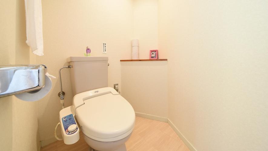 *【客室一例】清潔感のあるウォシュレット付トイレです。