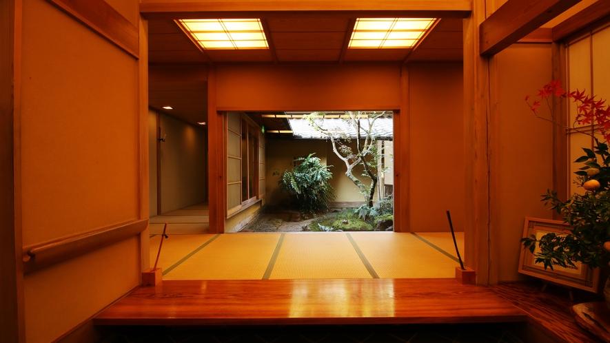 玄関からは畳敷きの廊下が続きます。数寄屋造りならではの和建築をお楽しみ下さい。