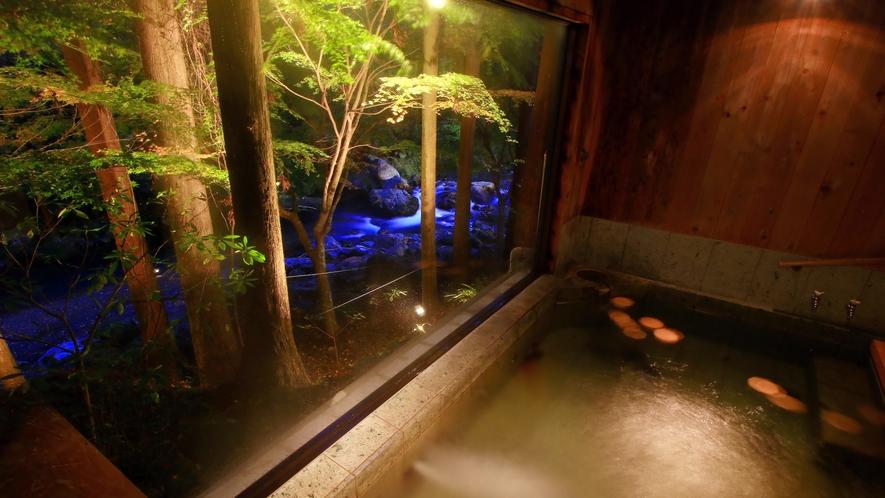 窓から外を見下ろすと清流が踊る。こんなオツな入浴もたまにはいかが?