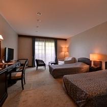 *デラックスツイン(客室一例)/絨毯を踏むやわらかい感触が足に伝う心地よい空間へ。