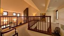 *クラシカルな家具で彩られた館内は、ヨーロッパの邸宅を思わせる風格が漂う。