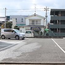 *【駐車場】お車の場合は屋外駐車場をご利用ください。