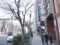 ①『5番出口』で地上へ。千日前通りを上本町6交差点(近鉄百貨店)方向へ直進。(約500m)