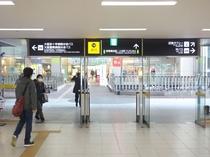 ②駅構内に入り直進して『14番出口』へ。(地上 改札口から出た場合は、左の『14番出口』へ)
